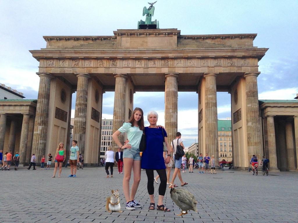 Eichhörnchen und Huhn vor dem Brandenburger Tor