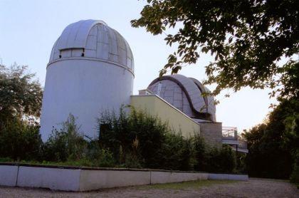 Sternwarte_-_Hauptgebude_mit_Kuppeln_fr_Bamberg-Refraktor_und_Sechszller_420_278